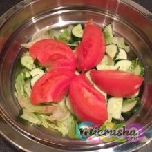 Овощной салат с морепродуктами в миске Zepter