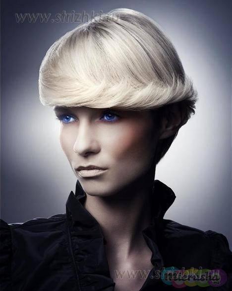 Укладка волос короткой длины на фото создает ее обладательнице романтически