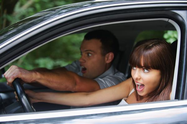 мужчина и женщина за рулем