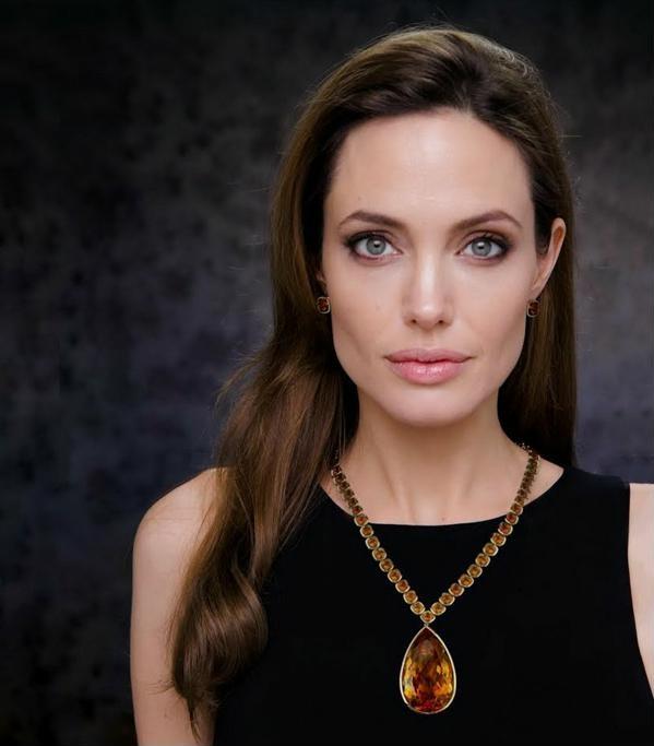 Анджелина Джоли украшения