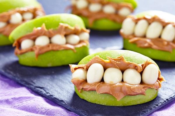 «Челюсти» из яблока и орехов