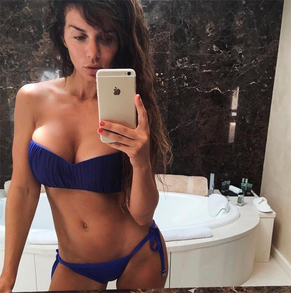 Анна Седокова без макияжа и фотошопа в купальнике