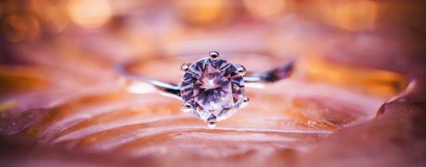 украшение с бриллиантом