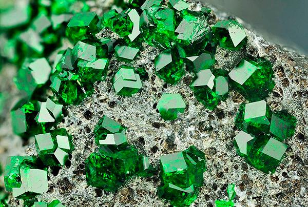 камень изумруд свойства