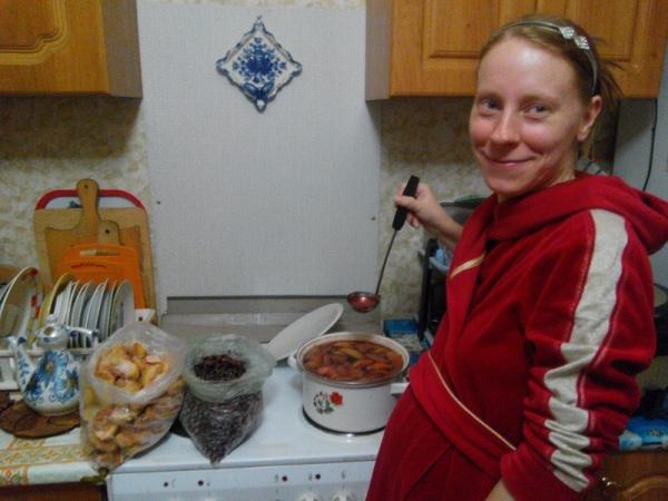 Постоянно варю любовное приворотное зелье, которое так любит муж :) (компот вкусный и полезный из дачных яблок и ягод)