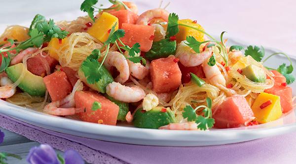 Салат из креветок с фунчозой, фруктами и овощами