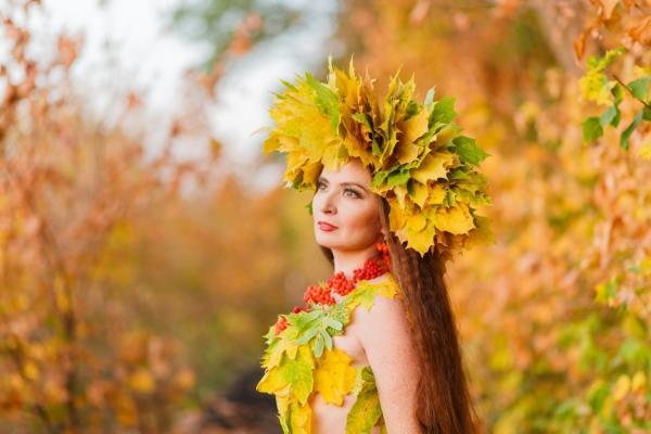 листья в волосах