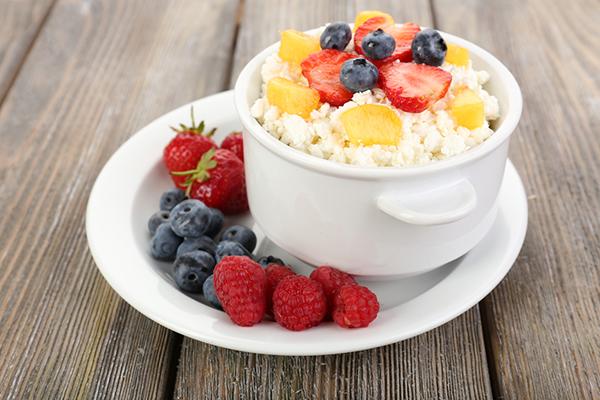 Нежирный творог с фруктами
